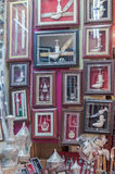 Khanjar (punhais) nos quadros vendidos como lembranças em Muttrah Souk, em Mutrah, Muscat, Omã, Médio Oriente fotos de stock royalty free