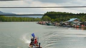 Khanom, Ταϊλάνδη - 21 Σεπτεμβρίου 2018 Μικρές βάρκες στο χωριό ψαράδων στο νερό του ποταμού στα μαγγρόβια Παραδοσιακή Ασία φιλμ μικρού μήκους