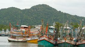 Khanom, Ταϊλάνδη - 21 Σεπτεμβρίου 2018 Σκουριασμένες βάρκες στα παλαιά σκουριασμένα σκάφη ακτών που σταθμεύουν στο λιμένα στην πό φιλμ μικρού μήκους