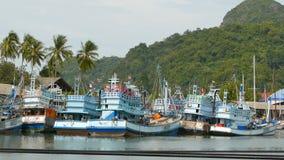Khanom, Ταϊλάνδη - 21 Σεπτεμβρίου 2018 Σκουριασμένες βάρκες στα παλαιά σκουριασμένα σκάφη ακτών που σταθμεύουν στο λιμένα στην πό απόθεμα βίντεο