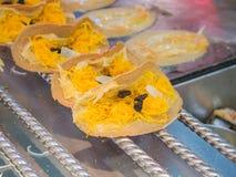Khanom Beaung tailandés o una clase de la comida tailandesa llenada de la crepe o tailandés Imagen de archivo libre de regalías