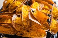 Khanom Beaung thaïlandais ou une sorte de la nourriture thaïlandaise remplie de crêpe ou thaïlandais Photo stock