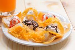 Khanom-beaung thailändisch oder eine Art gefüllter Pfannkuchen Lizenzfreies Stockfoto