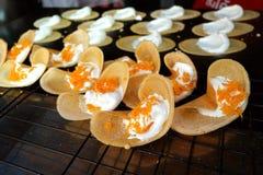Khanom Beaung thailändisch oder eine Art von gefülltem thailändischem Lebensmittel des Pfannkuchens stockfotografie