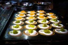 Khanom Buang - thailändischer knusperiger Pfannkuchen vor Falte auf dem Ofen, berühmt stockfotografie