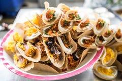 Khanom-bueang, eine Art thailändischer Wannenkuchen, ist eine populäre Form des Straßenlebensmittels in Thailand Stockfotos