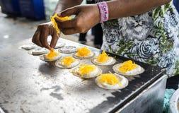 Khanom-bueang, eine Art thailändischer Wannenkuchen, ist eine populäre Form des Straßenlebensmittels in Thailand, am 6. Mai 2017 Stockfotografie