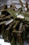 Khanom gräsmark-Sai (ångat mjöl med kokosnötfyllning) Arkivfoton