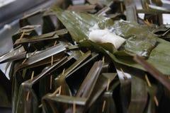 Khanom gräsmark-Sai (ångat mjöl med kokosnötfyllning) Royaltyfria Bilder
