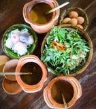 Khanom-Kinn gedient mit Frischgemüse lizenzfreie stockbilder