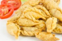 Khanom Pun Klib Tord (Deep fried enchida miced a galinha envolveu i fotos de stock