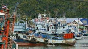 Khanom, Tailandia - 21 de septiembre de 2018 Barcos oxidados en las naves oxidadas viejas de la costa parqueadas en el puerto en  almacen de video
