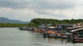 Khanom, Tailandia - 21 de septiembre de 2018 Botes pequeños en pueblo del pescador en el agua del río en mangles Asia tradicional almacen de video