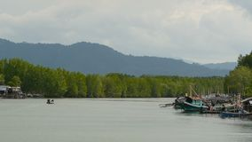 Khanom, Tailandia - 21 de septiembre de 2018 Botes pequeños en pueblo del pescador en el agua del río en mangles Asia tradicional metrajes