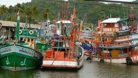Khanom, Tailandia - 21 settembre 2018 Barche arrugginite alle vecchie navi arrugginite della costa parcheggiate a porto nella cit archivi video