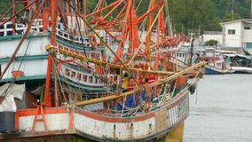 Khanom, Tailandia - 21 settembre 2018 Barche arrugginite alle vecchie navi arrugginite della costa parcheggiate a porto nella cit stock footage