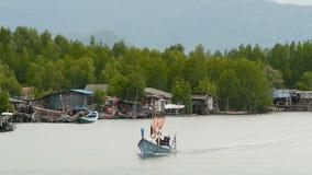 Khanom, Tailandia - 21 settembre 2018 Piccole barche nel villaggio del pescatore su acqua del fiume in mangrovie L'Asia tradizion stock footage