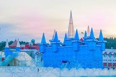 KHANTY-MANSIYSK, RUSSLAND - 8. DEZEMBER 2017: neues Jahr ` s Dekoration der Straßen mit den Skulpturen gemacht vom Eis, Eisstadt  Stockfotos