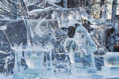 KHANTY-MANSIYSK, RUSSLAND - 8. DEZEMBER 2017: neues Jahr ` s Dekoration der Straßen mit den Skulpturen gemacht vom Eis, Eis zu de Stockfotos