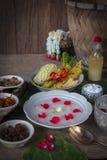 Khao-Chae,煮熟的米在被吃的冰水中浸泡了在白色碗和由通常补全食物和装饰  免版税库存图片