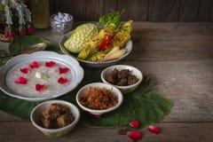 Khao-Chae, arroz cocinado empapó en el agua helada en el cuenco blanco y comida con la comida complementaria usual y adornar cerc imágenes de archivo libres de regalías