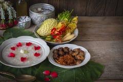 Khao-Chae, riz cuit a imbibé dans l'eau glacée dans la cuvette blanche et mangée de la nourriture complémentaire habituelle et po photographie stock libre de droits