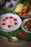 Khao-Chae, riz cuit a imbibé dans l'eau glacée dans la cuvette blanche et mangée de la nourriture complémentaire habituelle et po photo libre de droits