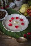 Khao-Chae, riz cuit a imbibé dans l'eau glacée dans la cuvette blanche et mangée de la nourriture complémentaire habituelle et po photographie stock