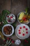 Khao-Chae, riz cuit a imbibé dans l'eau glacée dans la cuvette blanche et mangée de la nourriture complémentaire habituelle et po images stock