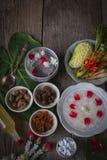 Khao-Chae, riz cuit a imbibé dans l'eau glacée dans la cuvette blanche et mangée de la nourriture complémentaire habituelle et po photos stock
