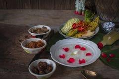 Khao-Chae, riz cuit a imbibé dans l'eau glacée dans la cuvette blanche et mangée de la nourriture complémentaire habituelle et po photo stock