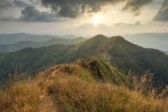Khao Chang Puak Mountain en la puesta del sol, parque nacional de Pha Phum de la correa Imágenes de archivo libres de regalías