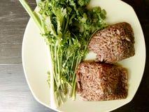 Khao kan kin, het Lokale voedsel Noord- van Thailand van rijst dat met varkensvleesbloed wordt gemengd en binnen een banaanblad g Stock Foto