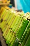 Khao Laam grillade klibbiga ris med kokosnöten mjölkar i bambuskarv Royaltyfri Foto