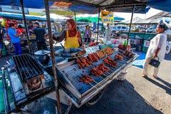 Khao Lak, Tailandia - 22 de febrero de 2016: Comerciante del local el desconocido fotos de archivo