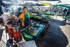 Khao Lak Tajlandia, Luty, - 22, 2016: Lokalna kobieta przygotowywa ve fotografia stock