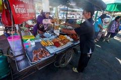 Khao Lak Tajlandia, Luty, - 22, 2016: Niewiadomy mężczyzna kupienia brea fotografia stock
