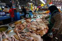 Khao Lak Thailand - Februari 22, 2016: Shoppare som bläddrar throu royaltyfria foton