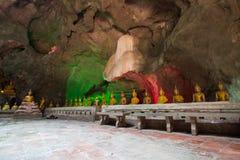 Khao Luang frana Phetchaburi, Tailandia, con tantissime immagini di Buddha dentro Fotografia Stock Libera da Diritti