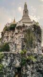 Khao MES es un pequeño modelo de la montaña a construido con la piedra fotografía de archivo