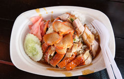 Khao Moo Daeng: Riso con carne di maiale rossa arrostita Immagine Stock