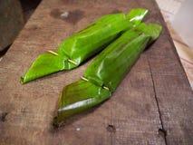 Khao-nieo-Klingeln Grilled angefüllter Klebreis, der in der Banane eingewickelt wird, verlässt Lizenzfreies Stockbild