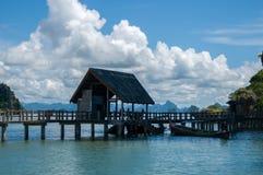 Khao Phing Kan Island Pier nära den Tapu ön (som kallas populärt James Bond Island) Royaltyfri Fotografi