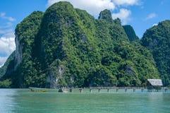 Khao Phing Kan Island Pier nära den Tapu ön (som kallas populärt James Bond Island) Royaltyfri Bild