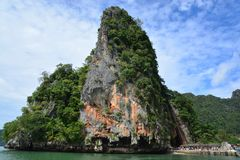 Khao Phing Kan som mer gemensam är bekant som James Bond Island Arkivfoto
