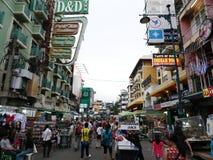 Khao San väg det populärt som beskrivas famously som mitten av fotvandringuniversumet i Bangkok Fotografering för Bildbyråer
