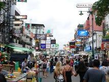Khao San väg det populärt som beskrivas famously som mitten av fotvandringuniversumet i Bangkok Royaltyfria Bilder