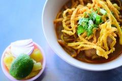 Khao Soi,与鸡的用咖喱粉烹调的汤面 库存照片