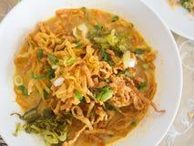 Khao Soi,与鸡,北泰国样式的用咖喱粉烹调的汤面 免版税库存图片