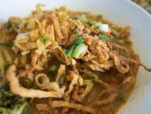 Khao Soi,与鸡,北泰国样式的用咖喱粉烹调的汤面 库存照片
